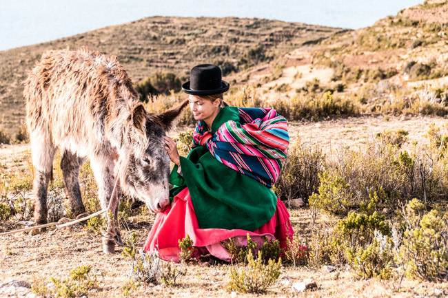 wearing traditional bolivian clothing on isla del sol and posing with a donkey #isladelsol#bolivia#traditionalboliviandress#traditionalbolivianclothing#boliviatravel#isladelsolbolivia