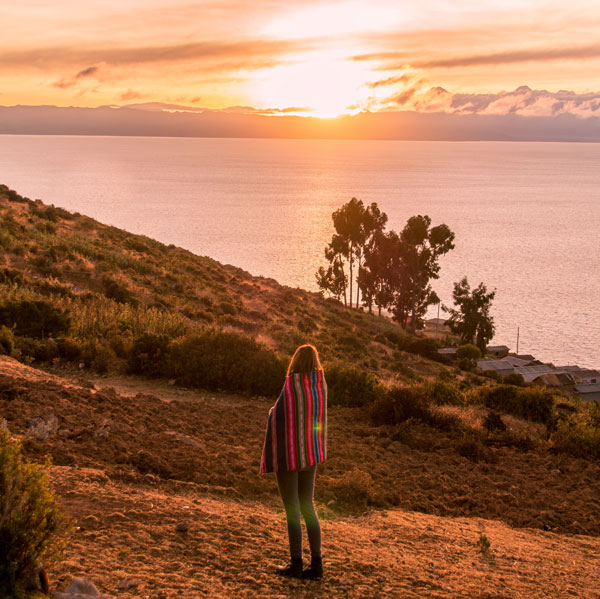 a girl at the sunrise on Isla del Sol, Bolivia #Isladelsol#isladelsolbolivia#bolivia#boliviatravel#boliviaisladelsol#southamerica#southamericabackpacking#southamericabucketlist
