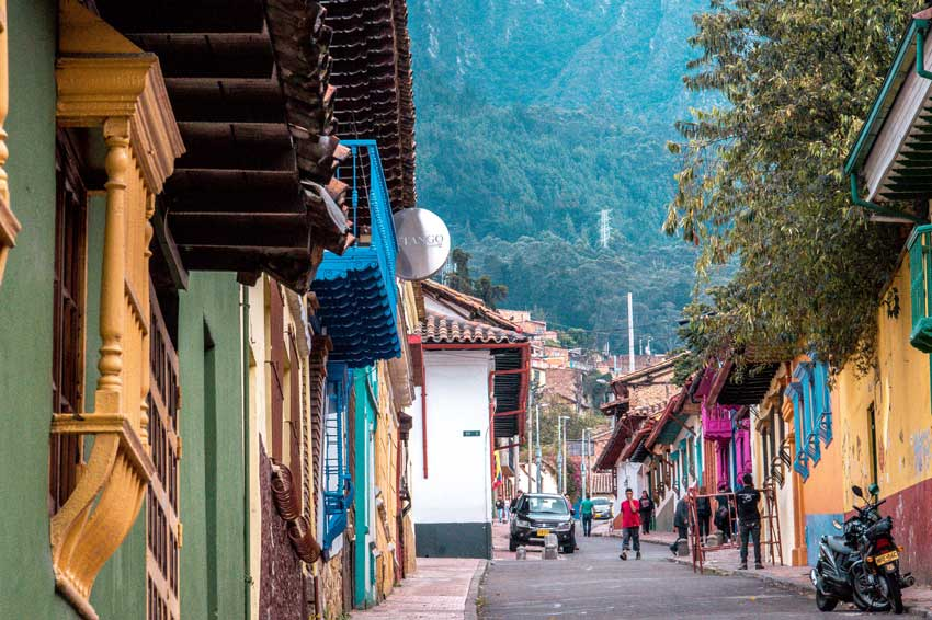 Colorful houses next to a street in Candelaria in Bogota, a great start during your 2 weeks in Colombia