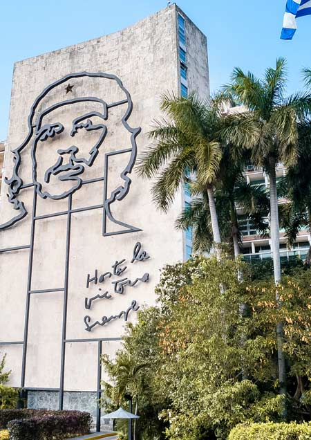 mural with che Guevara at the plaza de revolution that needs to be in your 10 days Cuba itinerary