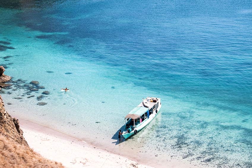 a view on the turquoise water with a boat in Padar island